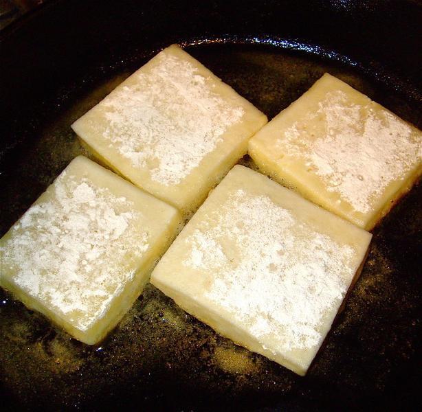 пржени сир са белим луком