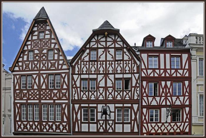 fotografija z lesenimi hišami