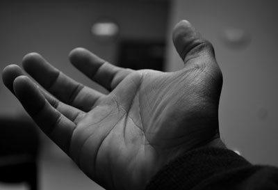stringendo la mano cosa fare