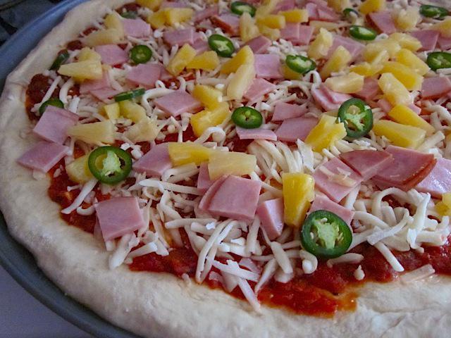 Хавайска пица с рецепта от ананас