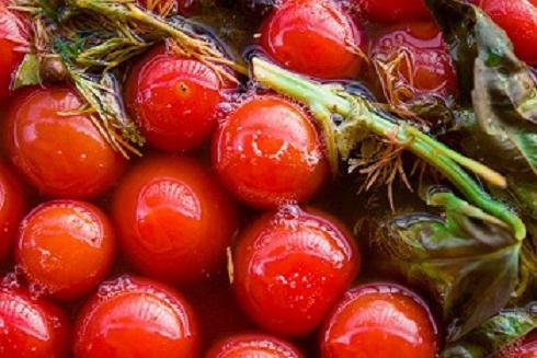 salatura dei pomodori in una vasca