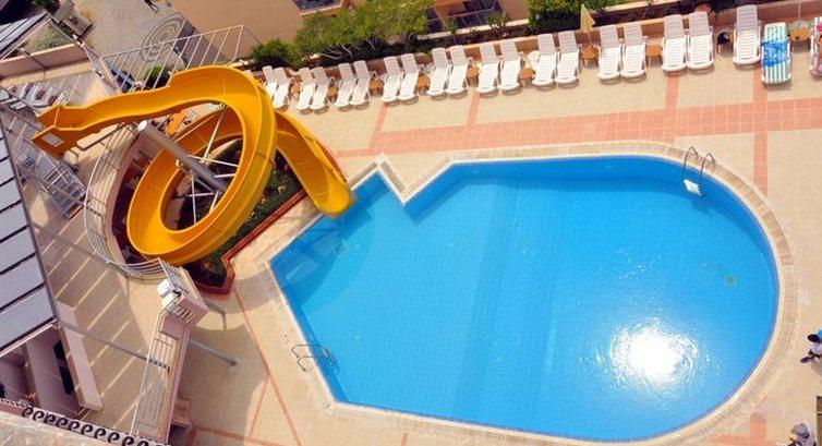 изглед към басейна от стаята