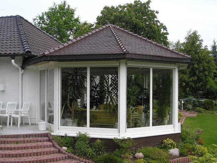 casa di legno con finestra a bovindo