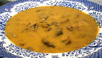 deliziosa zuppa di maiale ai funghi