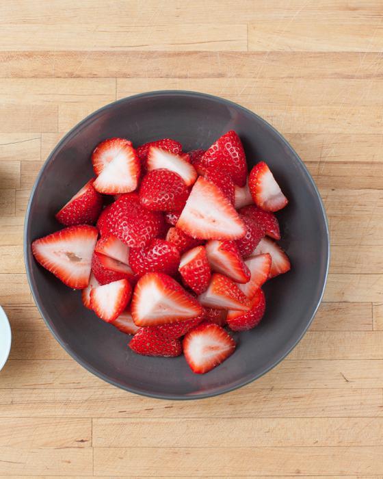 jak pięknie ozdobić ciasto truskawkami