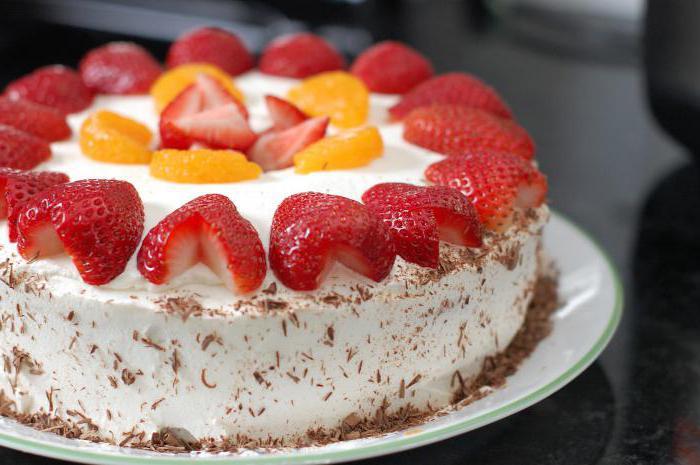 jak ozdobić ciasto truskawkami w domu