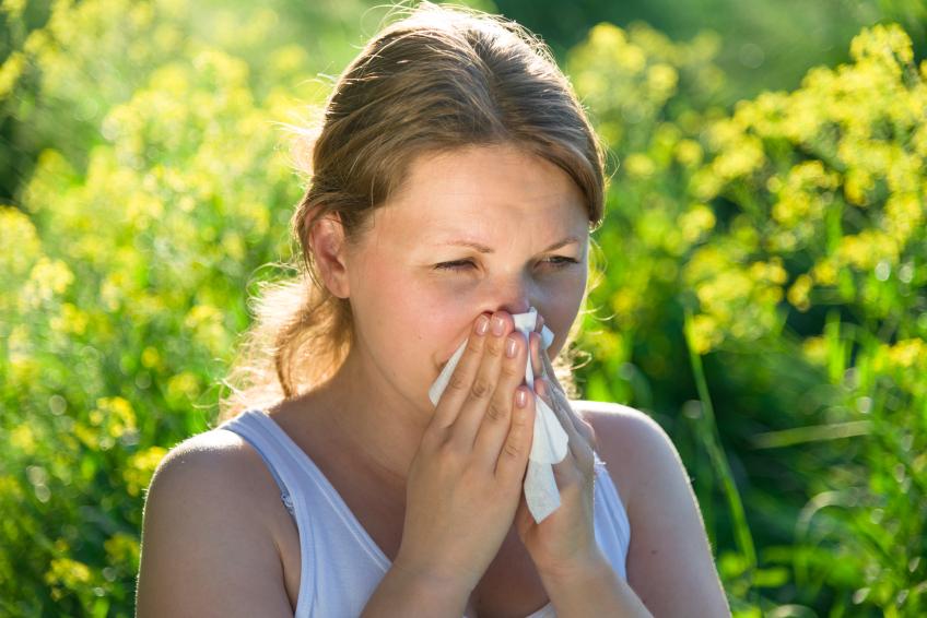 simptom, značilen za alergijsko reakcijo