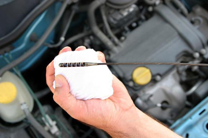 Cambiare l'olio in un motore di un'auto