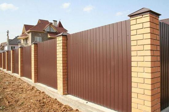 come costruire una recinzione di cartone ondulato e mattoni