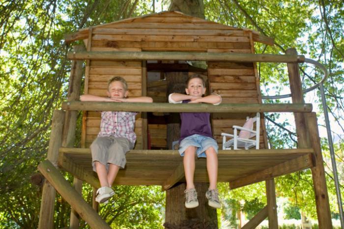 jak postavit stromový dům s rukama pro děti