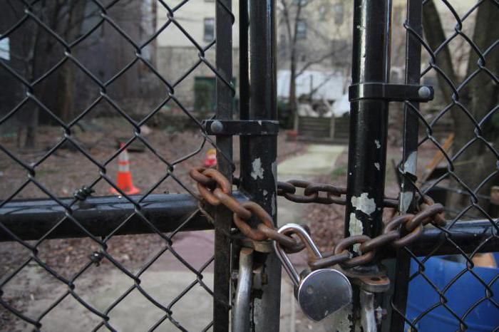 serratura a combinazione sul cancello