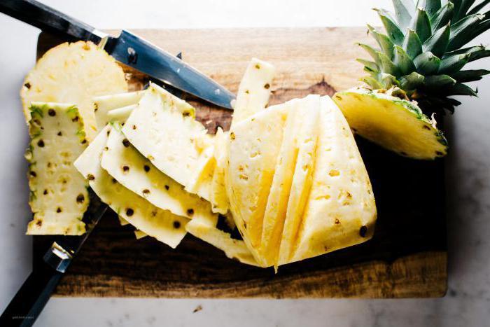 come pulire l'ananas con un coltello