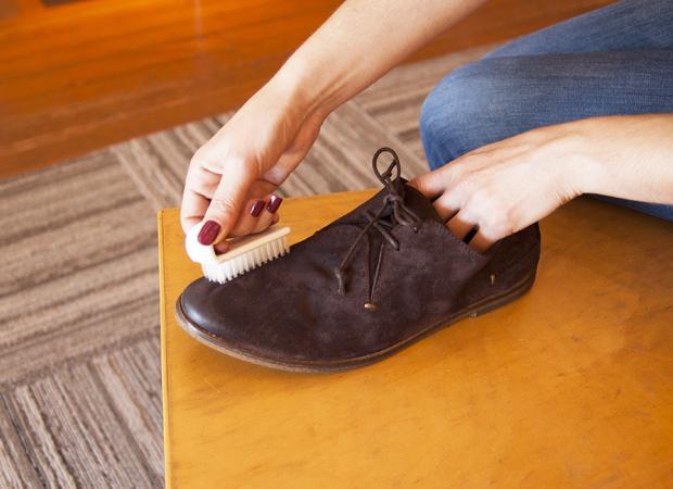 come rimuovere le scarpe scamosciate dal sale