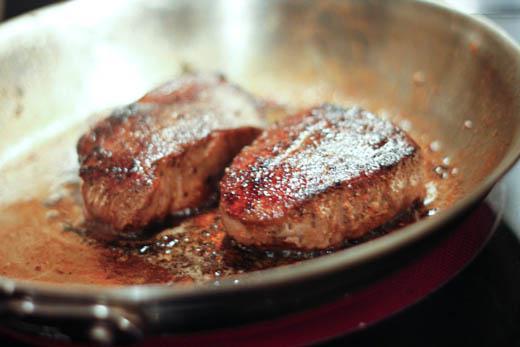 kako pršiti meso v ponvi
