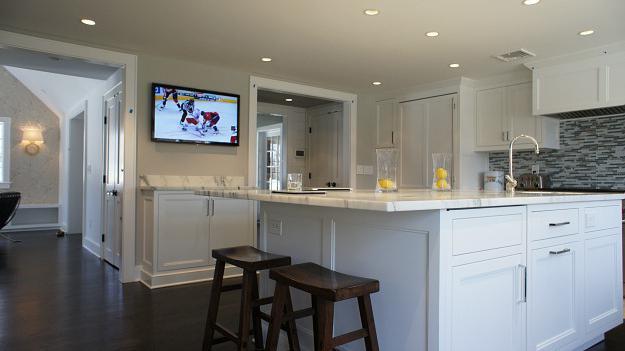 TV na zidu u kuhinji