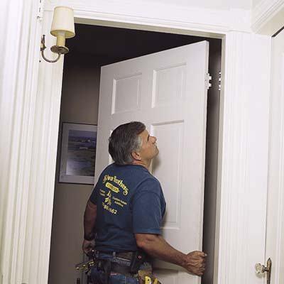 come installare una porta di legno