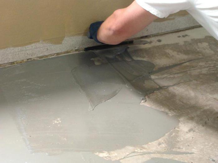 положете ламината с ръце на бетонния под