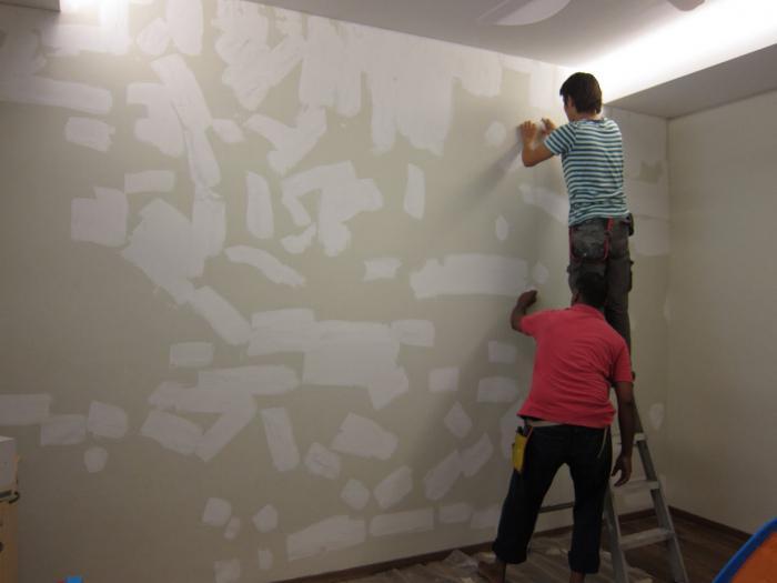 attaccare la carta da parati sui muri di cemento