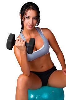 Gonfia i muscoli pettorali della ragazza a casa