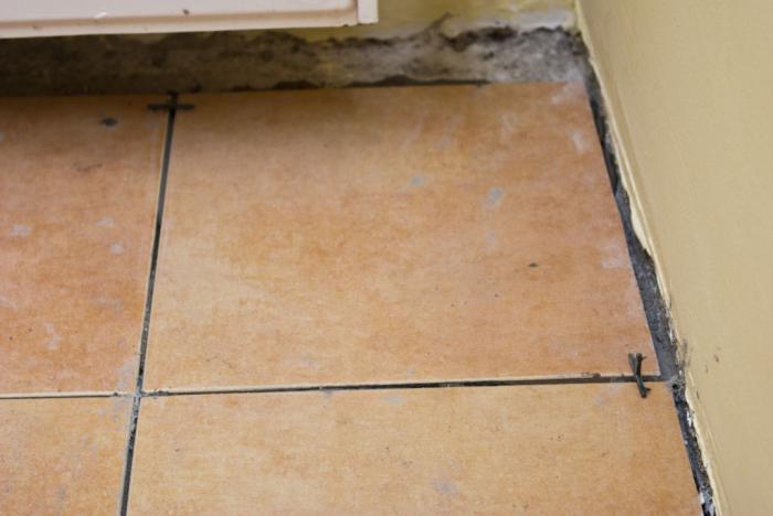 полагане на плочки на дървен под