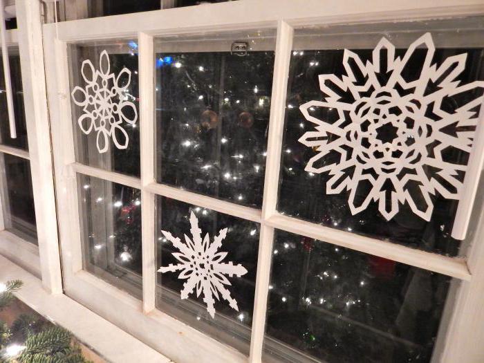 како се сњежне пахуљице стављају на прозор