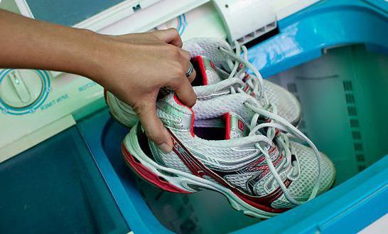 come lavare le scarpe da tennis in una macchina da scrivere