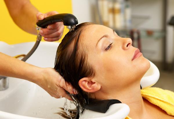 kako umiti barvo iz las