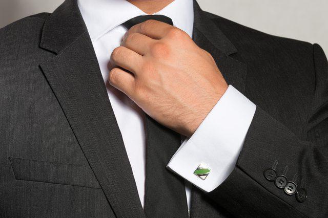копчета за ръкавели на снимката на ризата