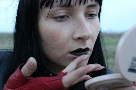 książka marzeń malować usta szminką przed lustrem