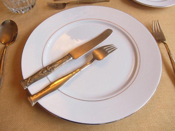 quale mano regge il coltello e quale forchetta
