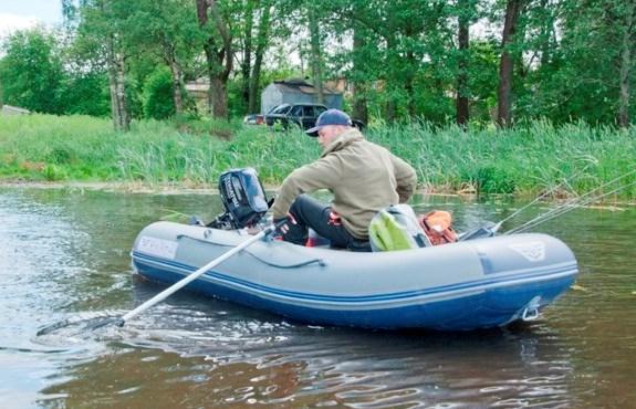 čoln na reki