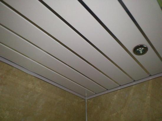 montáž plastových stropních panelů
