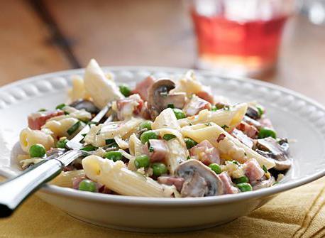 Włoski przepis na sałatkę z makaronem i szynką