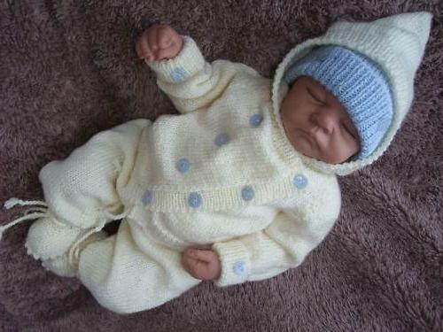 lavoro a maglia per un neonato