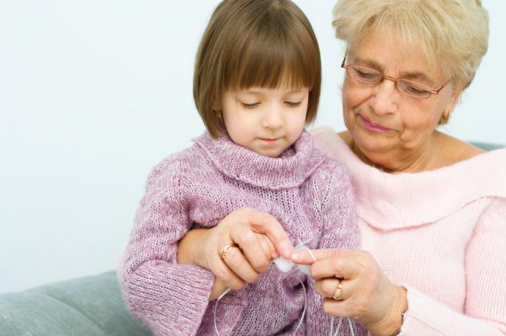 La nonna insegna a lavorare a maglia alla nipote