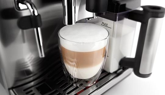 latte macchiato in una macchina da caffè