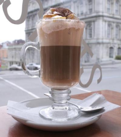latte classico in una caffetteria