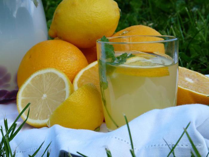 domácí limonády z pomerančů a citronů