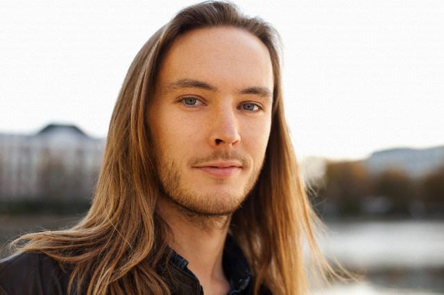 mężczyźni noszą długie włosy