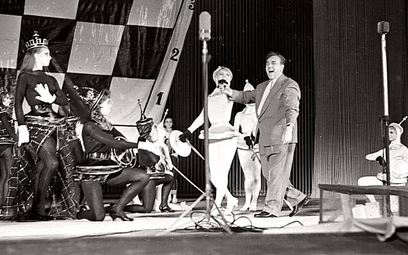 """Мосцов Мусиц Халл.  Сцена из представе """"Када се звезде осветле.""""  1960 год"""