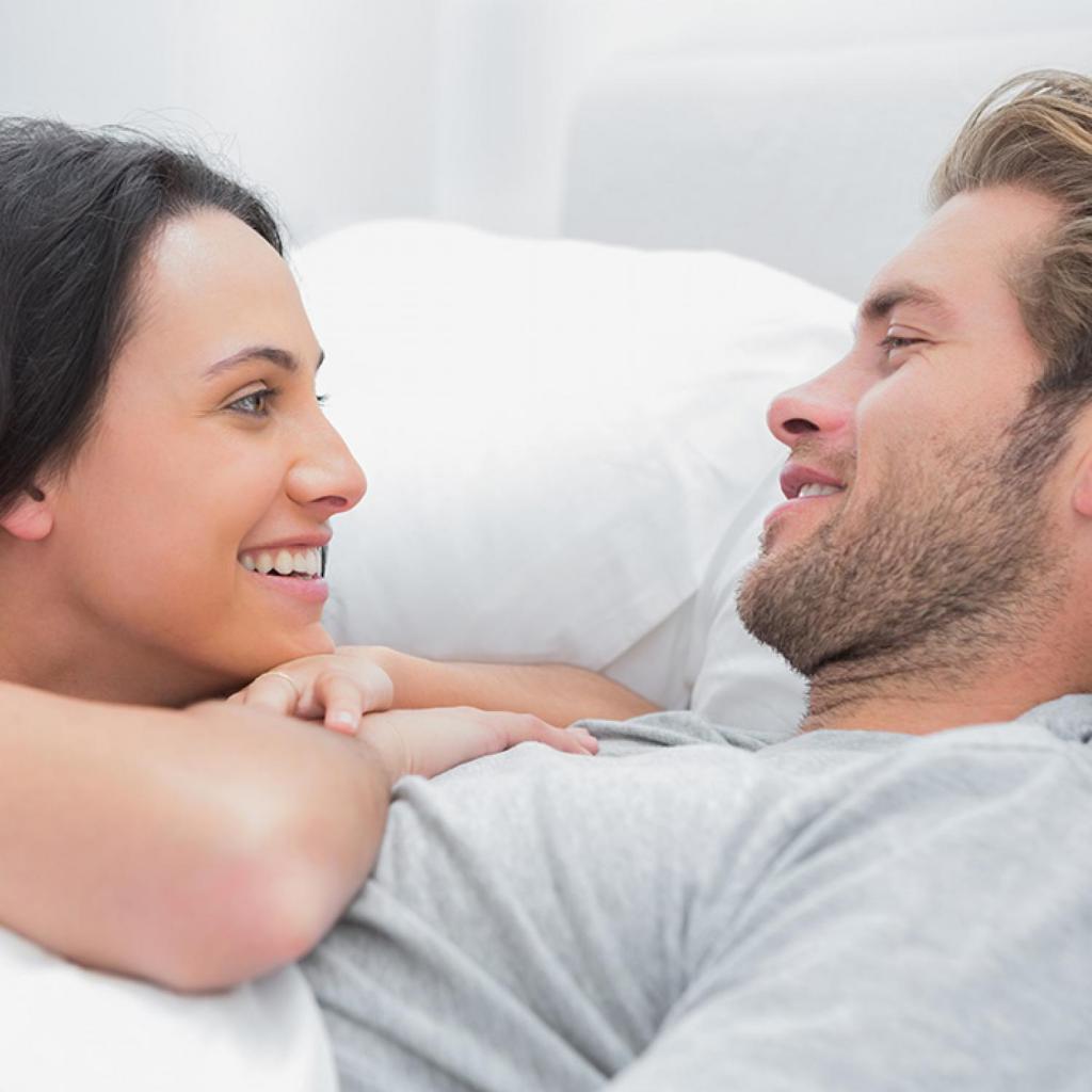 femmina fanciulla nubile maschile compatibile a letto