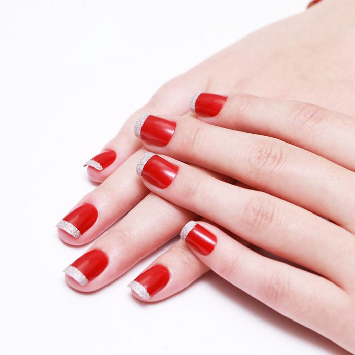 червен френски на ноктите