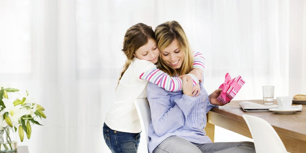 дъщеря прегръща майка