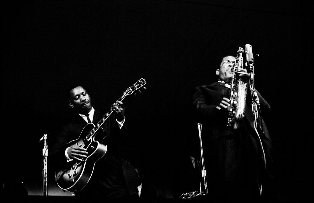 I musicisti jazz suonano la chitarra e il sassofono