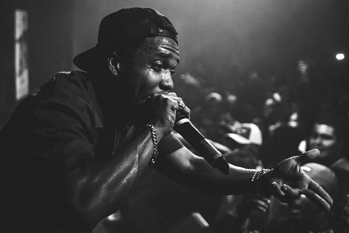 Rapper sul palco di fronte a una folla