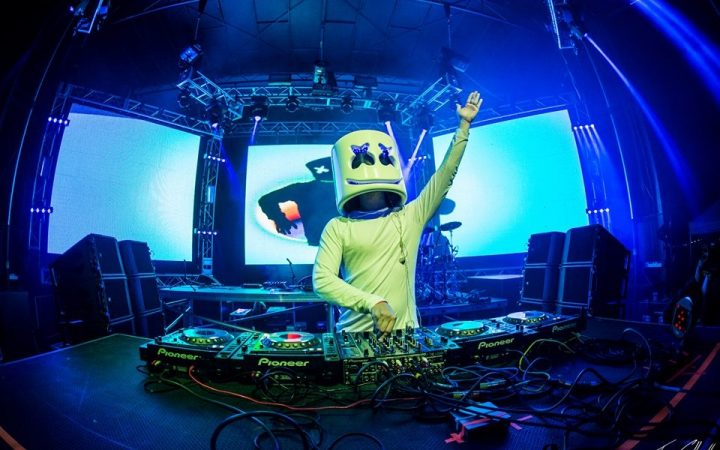 DJ in costume divertente