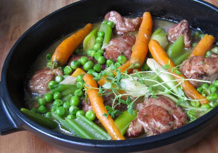 jagnięcina z warzywami w doniczkach