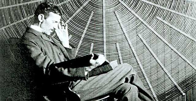 Nikola Tesla sta leggendo un libro