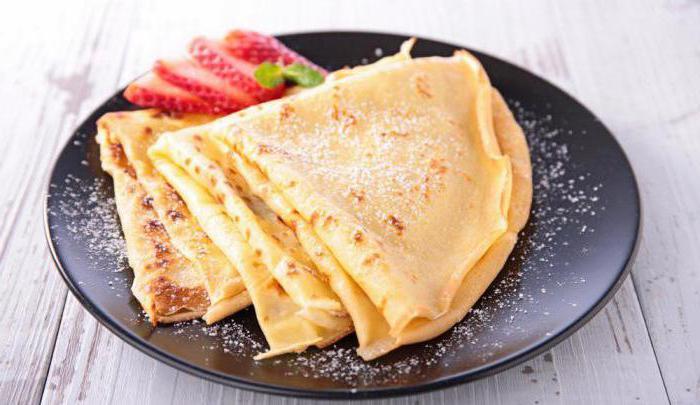 pancakes openwork con latte e acqua bollente