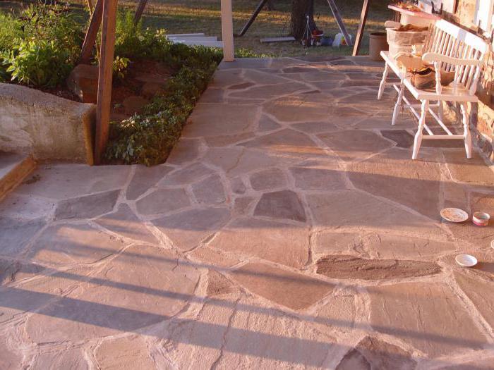 układanie polimerowych piaskowych płyt chodnikowych